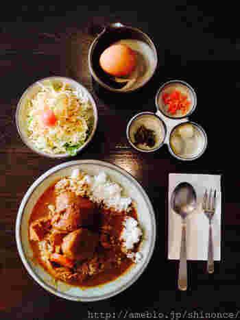 「武蔵屋文庫」の名物料理、カレーライス。具がごろごろと入っていてとってもボリューミー。生卵をかけて食べるのがツウな食べ方♪
