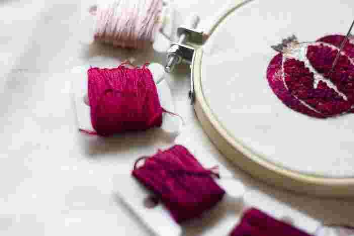 洋服や小物にワンポイントデザインを描く刺繍もおすすめ。基本のステッチを覚えたらすぐに始められます。ミシン糸だと細くて絵を描くのが難しいので、糸も用意してくださいね。手芸ショップに行かないと入手できなそうな刺繍枠は、100円ショップなどで購入できるフォトフレームの木枠とピンで代用できます。