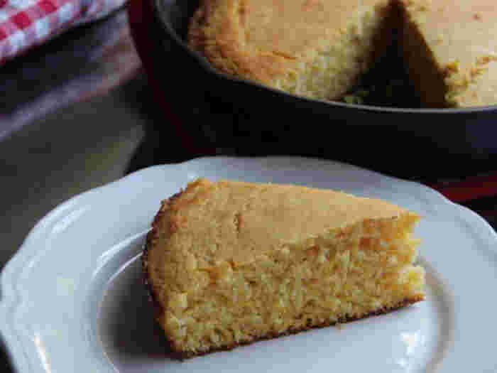 「ひきわりトウモロコシのパン」は別名「コーンブレッド」。伝統的なアメリカのパンとして今でも広く親しまれています。  パンといっても、ベーキングパウダーや重曹を使うので発酵いらず。スキレットで焼くと端がカリッと香ばしく仕上がりとってもおいしいのだそう。  ほんのり甘い素朴なパンです。
