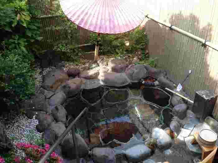 離れ特別室なら、専用の源泉掛け流し露天風呂で誰にも邪魔されることなくゆっくり温泉に浸かることができます。また、犬専用の打たせ湯や足湯も利用できます。
