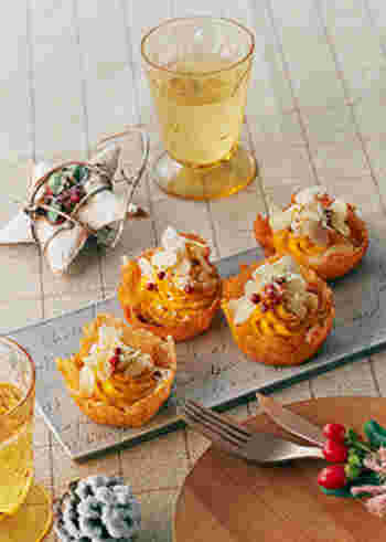 ピザ用チーズをフライパンで直径8㎝位に広げて焼いて溶かし、一枚のシート状にしたら、耐熱カップに入れて容器の形にし、マッシュしたかぼちゃなどを詰めて作るチーズカップ。少し手間はかかりますが、パリパリの食感がクセになる、リピしたくなるレシピです。