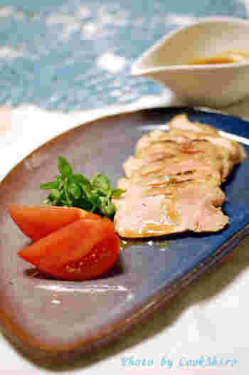 煮豚と同じ要領で作れる鶏むね肉のしっとり煮です。本当にむね肉とは思えないほどのしっとりした食感が楽しめます。先にむね肉に火を通してから、ジップロックに調味料と一緒に入れてお湯に浸けておくだけという、とっても簡単なレシピです。
