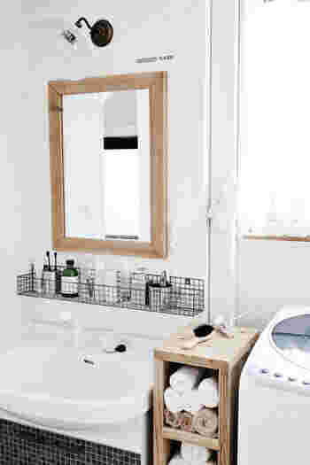 スキンケアやマウスケアのアイテムなど、物が増えがちなのに収納スペースがあまり確保できないことも多い洗面所。 棚を作るのではなく、1本だけ柱を立ててそこにフックを付けるようにすれば、小さなスペースで収納を増やせます。 ひと手間かけて壁と同じ色にペイントしてもいいですね。