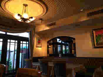 間接照明がふんだんに使われた店内は、フランスのカフェを彷彿とさせる趣が漂っています。
