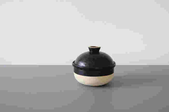 一見すると、ちいさめの土鍋。これでなんと燻製料理ができてしまうという名道具、「いぶしぎん(燻製鍋)」。調理中に、本体と蓋の間に少し水を張ることで、煙も外に漏らさず、お家で気軽に燻製を楽しめます。