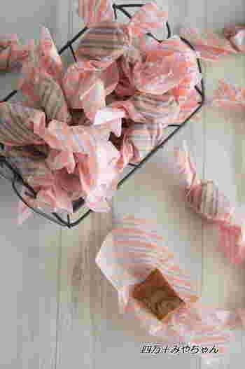 生キャラメルなどとろりと溶けやすいお菓子も、ワックスペーパーでキャンディ包みにすると便利ですね。