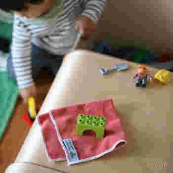 子供たちには自分の部屋のお掃除を担当してもらうのも◎。キッチンやリビングの床の雑巾がけなど、ママと一緒に低くて安全な場所のお掃除をしてもらうのもおすすめです。パパにも子供たちにも、それぞれの担当場所をお任せすることで、今後も積極的にお掃除してくれるかもしれません。