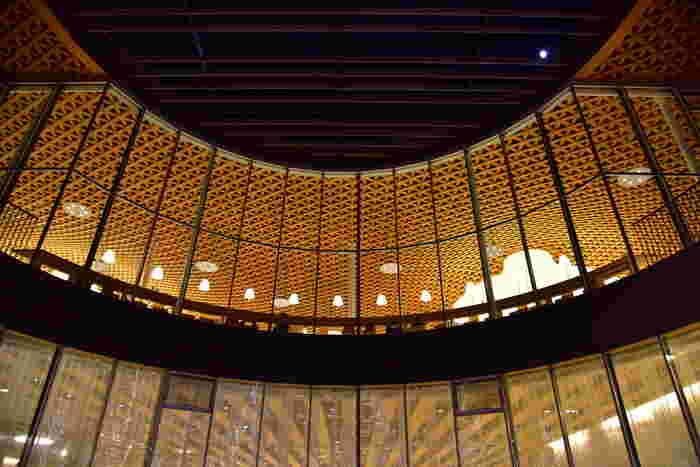 一階は解放的な作り。シンプルながらも縦と横で作られる造形美を堪能。そして二階の図書館は圧巻です。天井を見上げると思わず口が開いてしまう斬新な作り。