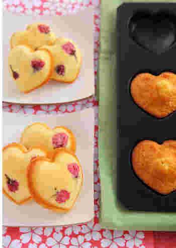 桜の美しさにハートでキュートさをプラスした、プレゼントやお土産にもおすすめのマドレーヌ。作る人ももらう人も幸せな気分になれそう。