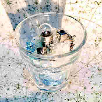ビー玉やカラーストーン、または使わなくなった小さなアイテムをおしゃれに飾ってみるのもおすすめです。