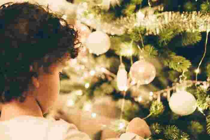 クリスマスリース、ツリーには、たくさんの種類があります。勿論、完成品を買ってくるのもいいですし、自分好みにオーナメントを飾ってハンドメイドしたり、お子様と一緒に飾りつけしても楽しいですね。アレンジの幅は無限大です!お気に入りのひとつを飾ってみてはいかがでしょうか…