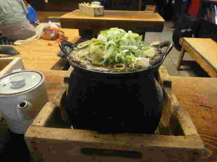 名物の「どぜうなべ」は、厳選したどじょうを酒に漬けて酔わせ、甘味噌仕立ての味噌汁で煮込み、さらに出汁のきいた割下で煮たお料理です。江戸時代から続くこの調理方法は、当時から庶民に親しまれていたそう。年季の入った鉄鍋の風情がたまりません。