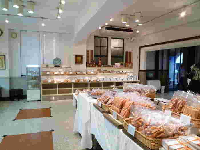 カフェは2階にあり、1階ではパンや焼き菓子が販売されています。吉田茂元首相がこのフロインドリーブのパンを毎朝東京まで空輸させていたのは有名なエピソード。