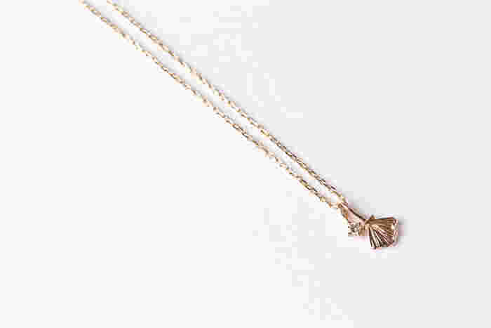 シェルチャームもダイヤもチェーンから簡単に取り外すことができるので、気分に合わせて2パターンの付け替えを楽しむことができちゃいます。