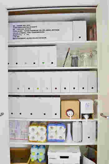 書類を整理するのに大活躍の無印良品のファイルボックス。棚の中の整理にも使える定番の商品です。落ち着きのあるカラーと手ごろなお値段で、数を揃えるときにも便利です。