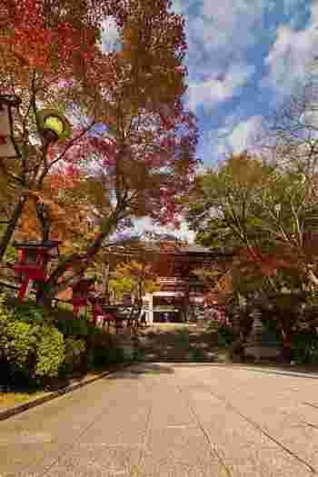 京都市左京区の鞍馬山にある鞍馬寺は、770年に創建された寺院です。古くから霊山として崇められていた鞍馬寺は、様々な歴史の舞台にもなっており、牛若丸(後の源義経)が修行を行っていた地でもあります。