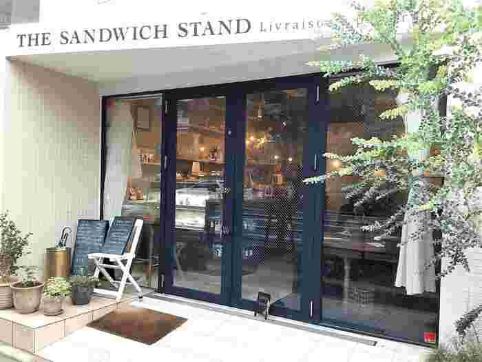 おしゃれな外観の「THE SANDWICH STAND」は、自家製パンを使った手作りサンドイッチが自慢のお店。食欲そそられる見た目も美しいサンドイッチは、女性を中心に大人気です。