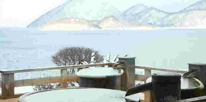 洞爺湖と湖上に浮かぶ中島を眺めながら入るお風呂は格別です。アクティビティで楽しんだ場所を眺望としても堪能する、というのも味わい深い経験になりそう。
