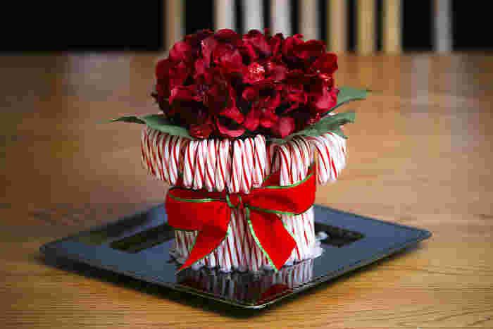 クリスマスの贈り物がより素敵に。飴の【キャンディケーン】を土台にしたフラワーアレンジメント。