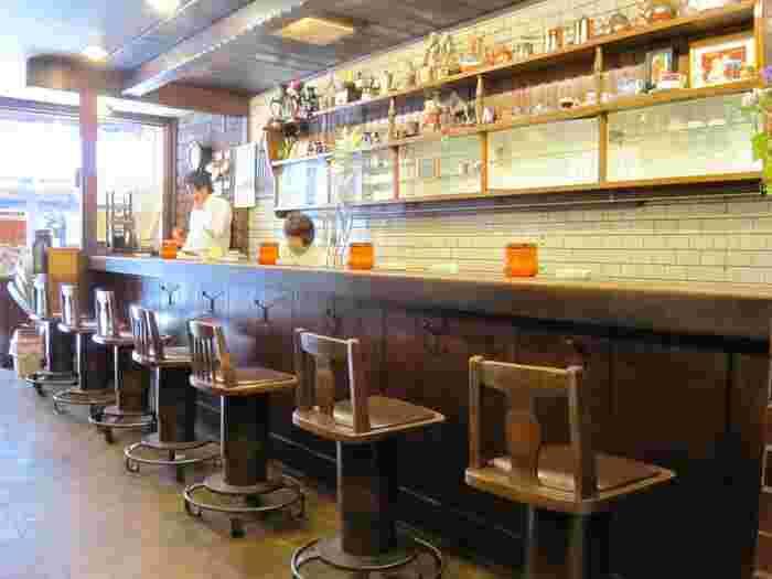 老舗というだけあって、アラビヤコーヒーには常連客がたくさん来店します。とはいえ、純喫茶人気に乗って、レトロ好きの若いお客さんも絶えないのだそう。懐かしさ漂うこの場所には、絶えずさまざまな人で賑わっているようですね。