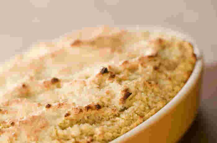 アップルパイの代わりに、こちらのパングラタンはいかがですか♪リンゴのソースが染み込んだパンに、シナモンやレーズンの黄金アクセントがさらにおいしさを引き立ててくれます。