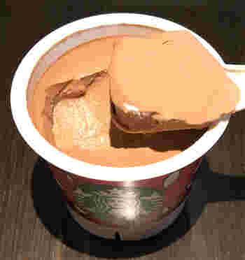 チョコレートプリンは甘すぎないミルクチョコの味で、底には濃厚なチョコレートソースもあり。柔らかすぎず、ほどよい固さで、想像以上に美味しいと評判です。
