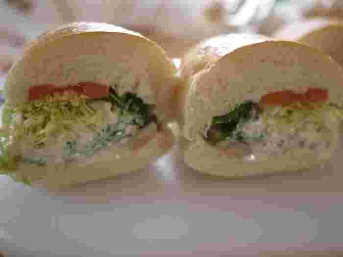 「野菜 + そぼろレンコン」はボリュームも満点で食感がとても楽しい。コッペパンの甘さと具材とのバランスが絶妙なんです。