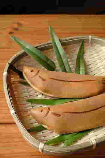 鮎が旬を迎える時季に先んじて作られる小さな鮎を模したお菓子です。ふんわりと焼き上げたカステラ生地で求肥や餡を包み、目とひれの焼き印を入れています。 カステラ生地の香ばしさと、求肥の柔らかさは一口頬張ると思わず笑顔になるおいしさです。  発祥は京都や岐阜などと言われていますが、諸説あるようです。清流を泳ぐ鮎を表現するこの上生菓子は、現在日本各地で作られています。