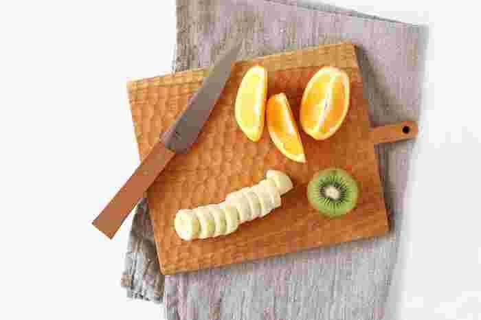 カッティングボードや木べらなどの木のキッチンツールはおしゃれで人気のアイテム。ただ、お手入れせずに使い続けると、だんだんカサカサしてきたり、傷が増えて目立ってきたりしてしまいます。