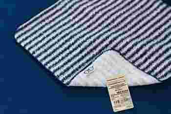 こちらのハンドタオルは、表面は普通のハンドタオルとして、裏面は眼鏡拭きとして使うことができます。
