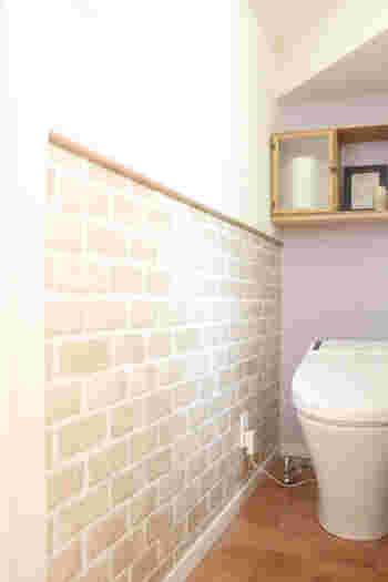 トイレの壁半分をリメイクシートでアレンジ。タイル風のナチュラルな仕上がりです。