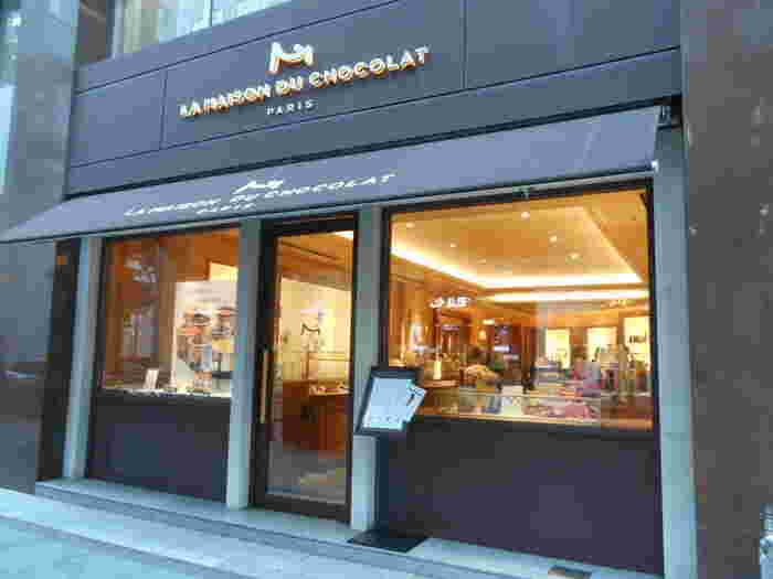 """JRの有楽町駅から東京国際フォーラム方向に3~4分歩いたところにある『ラ・メゾン・デュ・ショコラ』は、フランス生まれのチョコレート専門店。創業者でショコラティエでもあるロベール・ランクス氏は""""ガナッシュの魔術師""""と評されるほど、その味には定評があります。"""