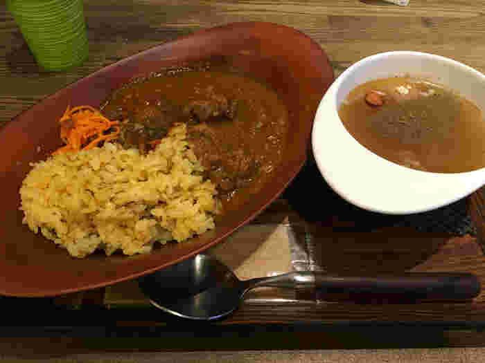 スープの他には薬膳カレーもあります。こちらはスープのセットですが、他にも薬膳フレーバーティーなどのセットとも組み合わせる事ができます。ご飯ものも身体にいいので、たまには不足がちな栄養を補給するのもいいですね。