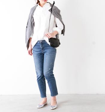 シャツ×デニム×カーディガンというシンプルスタイルには、シンプルなミニショルダーバッグが良く似合います。シンプル過ぎるコーデにならないよう、足元はシルバーのパンプスでおしゃれ感と華やかさをプラス。