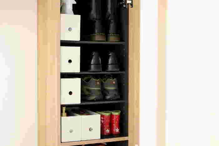 奥行きも下駄箱にジャストで、高さも靴とほぼ同じ。ちょうど男性用の靴1足分くらいのサイズなので、場所を取らず、靴と並べて置くのにぴったりです。