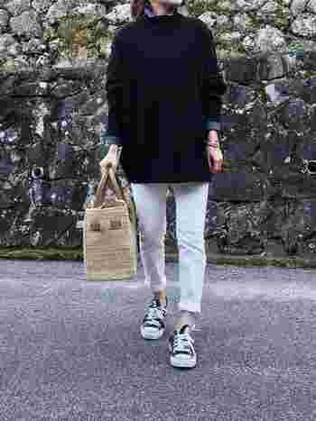 デニムシャツは、きれいめなカジュアルスタイルにぴったりのアイテムです。こちらはモノトーンを基調としたコーディネートに、襟や袖からちょっぴりデニムシャツを覗かせていて、とてもおしゃれです。やわらかな色合いのバッグで、抜け感をプラスされている点も素敵です!