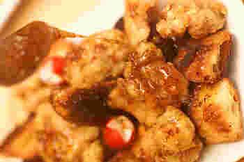 こんがり揚げ焼きした鶏もも肉に、さっと火を通したハニーソースをからめて、あつあつをいただきます。衣をつけていますので、甘いソースがよくからんで肉のおいしさを引き立てます。カリカリバゲットを添えて。