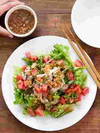 豚しゃぶサラダは夏の定番ですね。よく作っているという人も多いのでは? ゴマダレも美味しいですが、自家製の香味ドレッシンングもさっぱりしていて美味。豚肉と香味野菜はビタミンB1がたっぷり入っているので疲労回復したいときに作りたいですね。