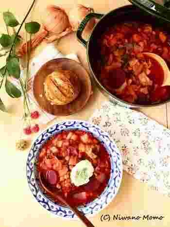 ロシア料理でおなじみのボルシチを、ストウブ鍋でコトコト煮込んだ一品。ビーツをはじめとする種類豊富な野菜と牛すね肉に、ひよこ豆を加えた優しい味です。