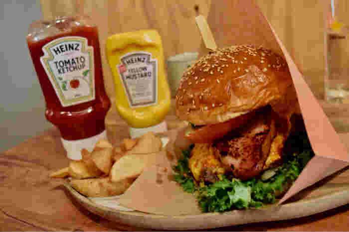 肉厚のパティをはさんだジューシーでボリューム満点のハンバーガーのほか、日本初上陸のソーニョパスタ、スイーツなどが楽しめます。