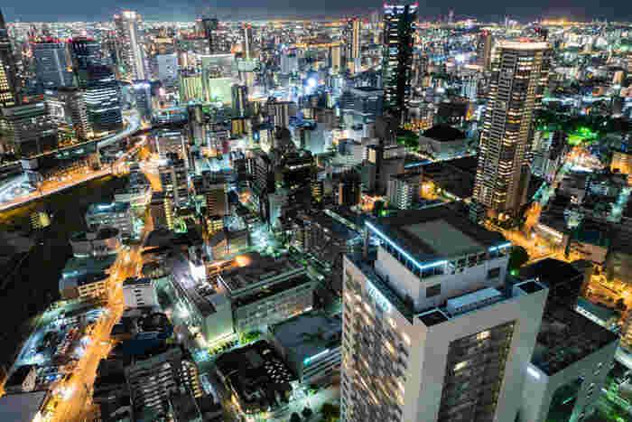 梅田のど真ん中にあるこの建物は、イギリスの出版社ドーリング・キンダースリーが選ぶTOP 20 BUILDINGS AROUND THE WORLDのひとつに選出された世界的にも有名な建築物「梅田スカイビル」。大阪市内を一望でき、360度ぐるりと見渡すことができる屋上回廊「スカイ・ウォーク」からの眺めは圧巻です!