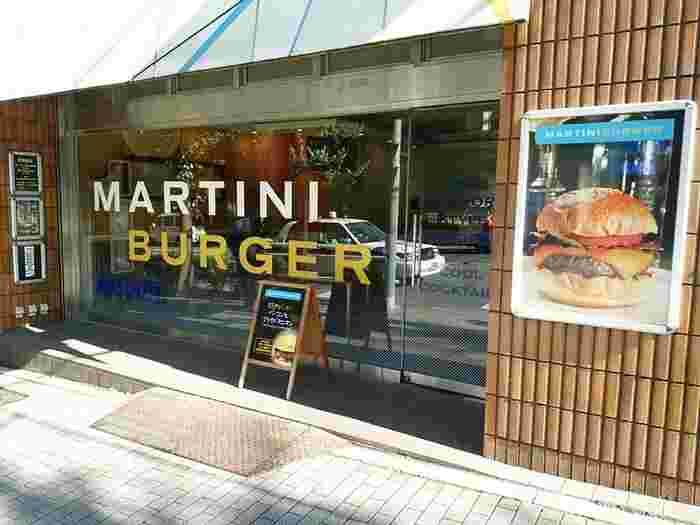 ガラス張りの開放感があるおしゃれなハンバーガーショップです。シンプルで良質なハンバーガーが人気のお店。トッピングの種類が豊富で、何度も通いたくなってしまいそうです!