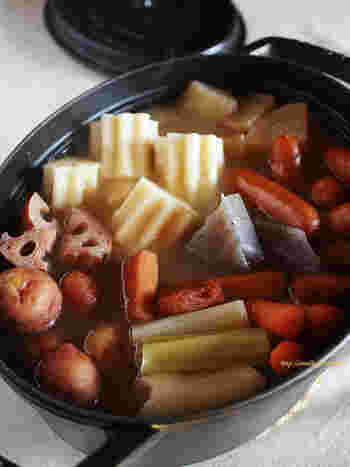 昆布のダシと、塩であっさりと味付けしたおでん。れんこんやニンジンといった秋~冬が旬の根菜なども、お好みで加えてみてくださいね。