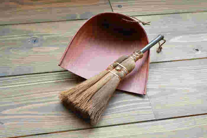 同じく棕櫚の「3玉荒神箒 (こうじんぼうき) 」は、 スリムでコシがあり、 細かい所や深い溝の中など、簡単に掻き出すことができるため、窓枠やサッシの溝掃除にピッタリ。