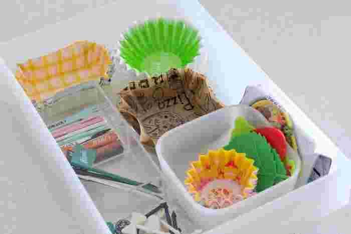 ポリプロピレンケース引き出しの中も整理ボックスなどで仕切れば、小さなお弁当カップやピックがごちゃごちゃになりません。また、カップはパッケージから出して収納することで取り出しやすさ抜群に。