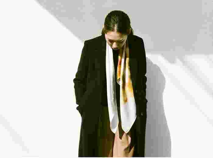 大人っぽい色づかいなので、鮮やかな色も落ち着いた色も上品な雰囲気に。大人の女性が身にまとうのにぴったりのスカーフです。
