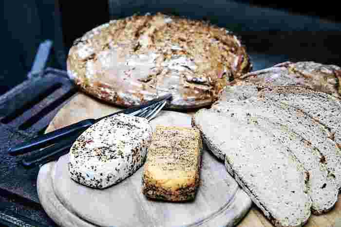 チーズにはカルシウムだけでなく、カルシウムを効率よく吸収するために必要なたんぱく質も、牛肉よりも多く含んでおり、不足しがちと言われる栄養素、ビタミンB2も豊富に含まれています。