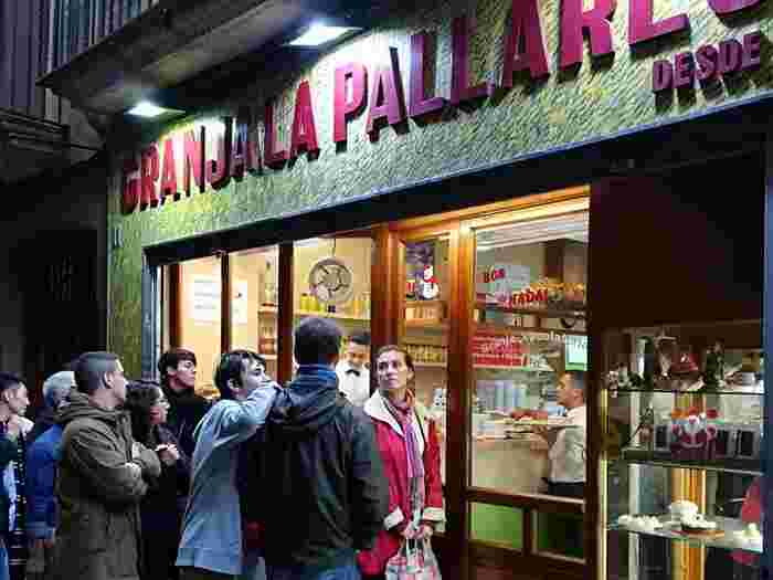 地元の人たちがデザート目当てに訪れるのがゴシック地区にあるカフェ「ラ・パリャレサ」。チュロス&ホットチョコが人気の店ですが、昔ながらのレシピで作られたクレマカタラーナも看板メニューの1つ。  名称:La Pallaresa 住所:Petritxol 11 08002 Barcelona