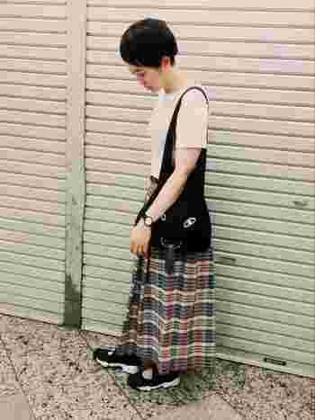 シューズもバックも腕時計もブラック&ホワイト。チェック柄のスカートを引き立てるコーディネイトですね!