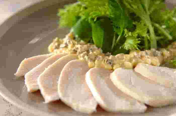 サラダチキンを酸味のあるタルタルソースに絡めておいしく食べるレシピです。タルタルソースは温野菜サラダや魚のムニエルなど別の料理でも使えるのでレシピを覚えておくと便利ですね。